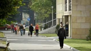 Studenci w drodze do budynku dydaktycznego, II kampus Politechniki Opolskiej