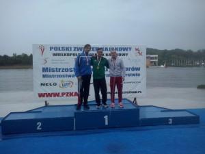 z18084426Q,Piotr-Kuleta--z-prawej--na-podium-mistrzostw-Polsk