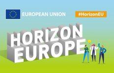 Plakat o treści Horizon Europe i European Union. Na plakacie znajdują się również postacie rysunkowe, przedstawiające naukowców.