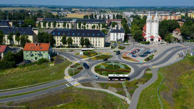 Zdjęcie lotnicze II kampusu Politechniki opolskiej z widocznym rondem i kościołem