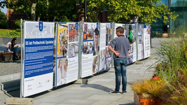 Wystawa jubileuszowa 55 lat Politechniki Opolskiej, plansze na placu Kopernika w Opolu