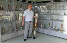 Grzegorz Jezierski z największą lampą rtg w Muzeum Politechniki Opolskiej