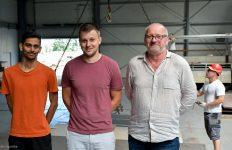 Zygmunt Szulc ze współpracownikami na hali produkcyjnej