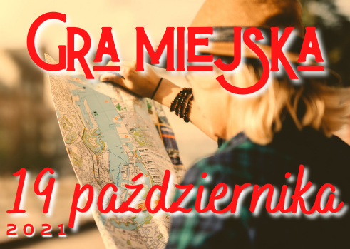 kobieta patrząca na mapę. Na zdjęciu napis: gra miejska i data: 19 października 2021